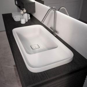 Unterschränke und offener Oberschrank aus Rovere Moro, Waschbecken Cameo aus Keramik weiß glänzend
